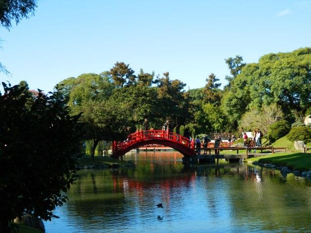 Puente rojo en el jardín japonés