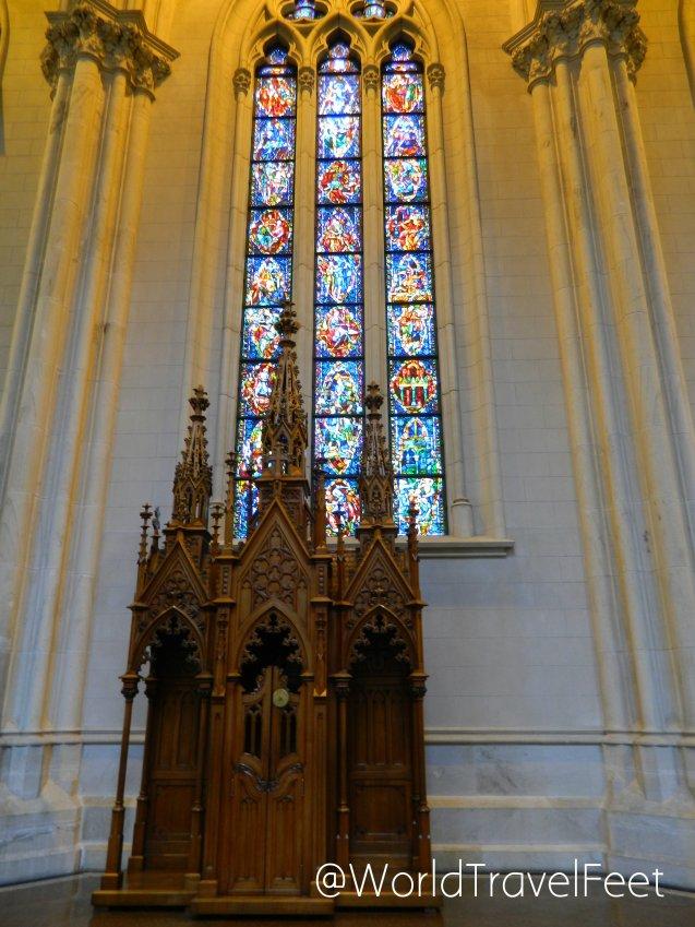 Confesionario y vitral de la Catedral de la Inmaculada Concepción