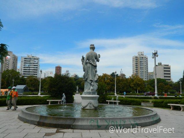 Escultura y fuente en la Plaza Moreno.