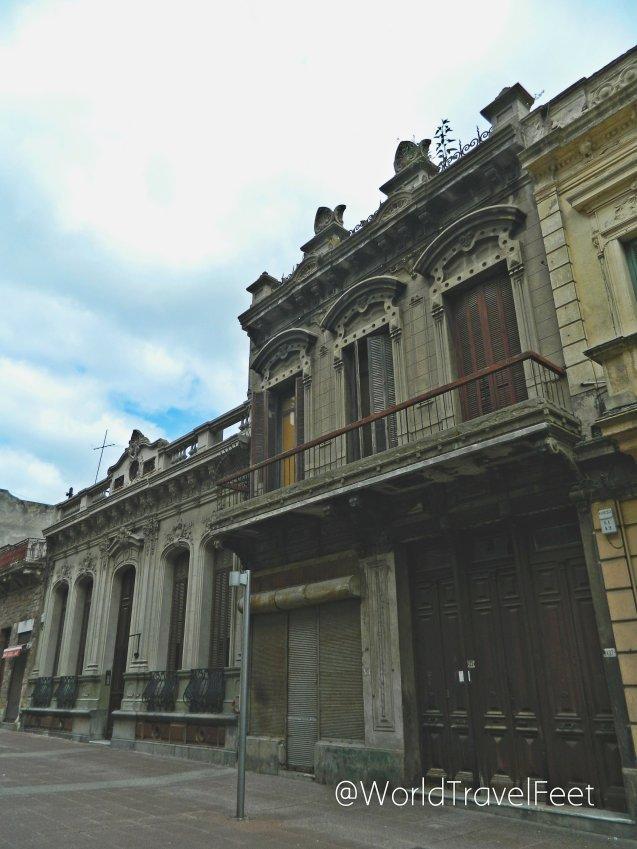 Fachada de edificio antiguo en las calles del centro de Montevideo.