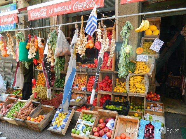 Tienda de frutas y verduras que alegran la vista.