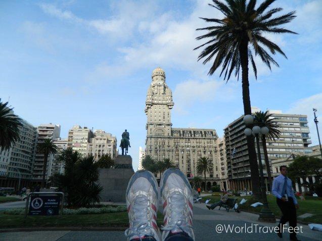 Mis pies viajeros despidiéndose se Montevideo. ¡A la próxima!