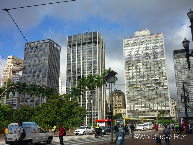 Paisaje gris urbano con verde naturaleza en Sao Paulo