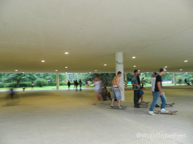 Disfrutando el parque Ibirapuera en patineta.