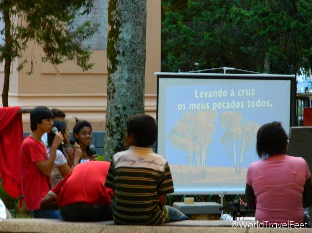 Karaoke cristiano en el parque en un día de Semana Santa.