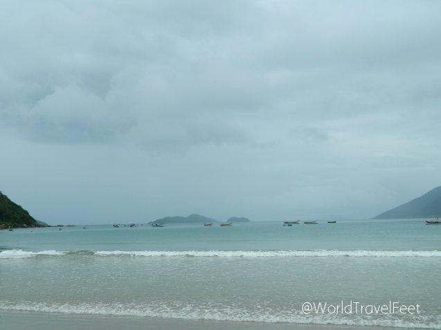 A pesar de que la lluvia y las nubes nos recibieron así, la playa es divina.