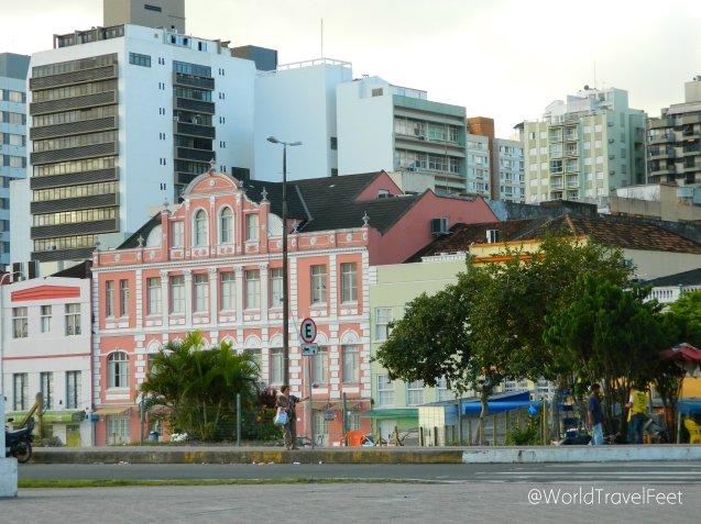 Contraste arquitectónico con el que uno se topa caminando por el centro histórico de la ciudad.