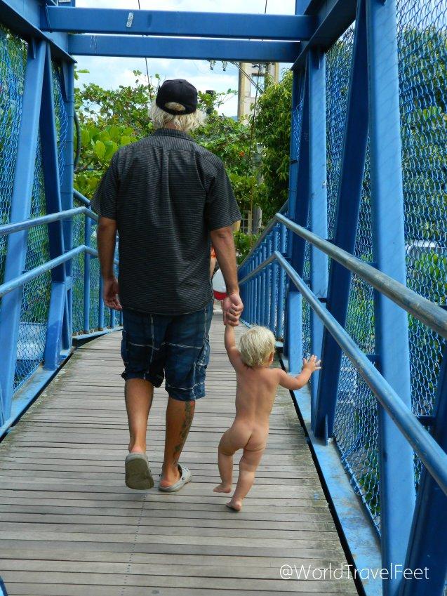 Cruzando el característico puente de Barra de Lagoa de una forma muy natural...