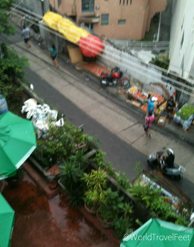 La vista desde la ventana de mi cuarto en el hostal: La subida a una favela.