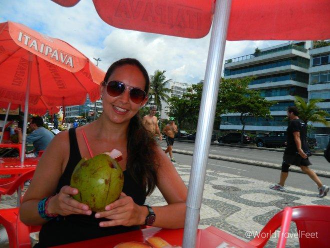 Disfrutando de un fresco y rico coco en Ipanema.