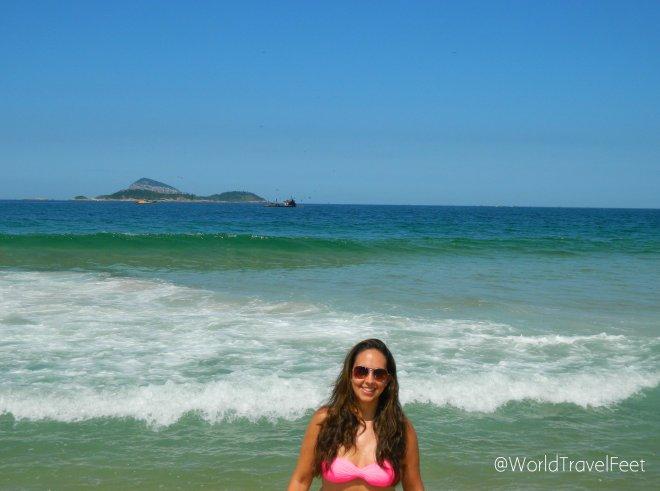 Lo admito... metí sólo los pies al mar, no me atreví a meterme completa después de mi experiencia en Copacabana...