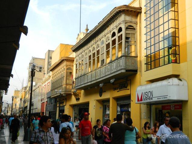 Caminando el centro de Lima, los balcones te vigilan desde lo alto y el amarillo de sus edificios te alumbran el caminar.