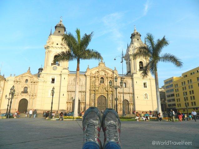 No podía faltar la foto de mis pies viajeros, esta vez con la Catedral de Lima.