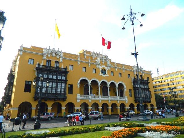 Edificios amarillos con sus balcones labrados en madera, un deleite a la pupila.