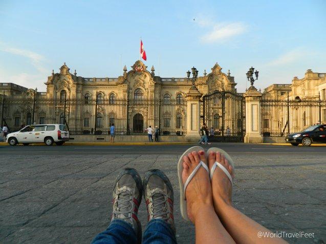 Palacio de Gobierno de Perú con mis pies viajeros y los de Lau.
