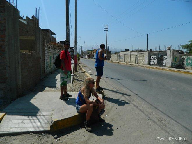 Esperando el taxi para ir a Huacachina.