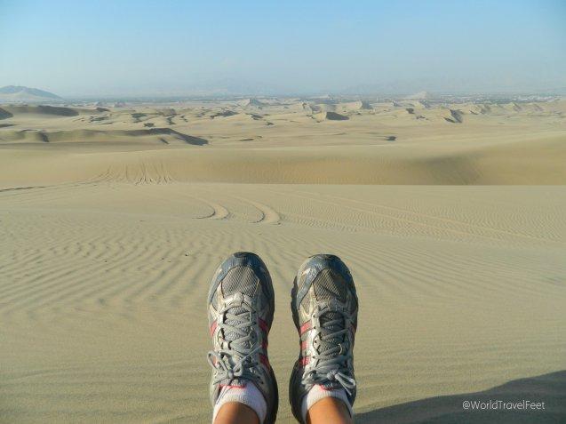 No podía faltar mi foto de mis pies viajeros en el desierto.
