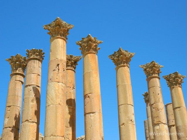 Columnas del Templo de Artemisa con capiteles tipo corintio.