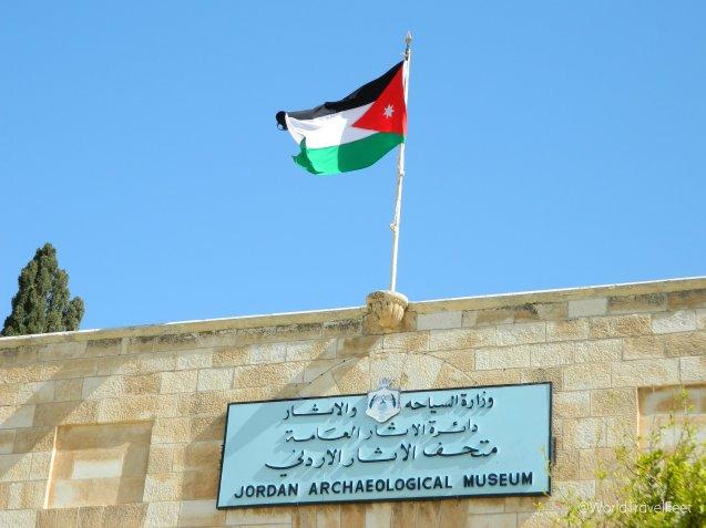Todos los letreros y señalizaciones en Jordania están escritos en árabe y en inglés.
