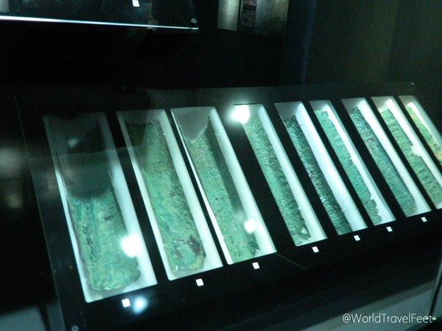 Curiosos rollos de Cobre, parte de los Rollos del Mar Muerto.