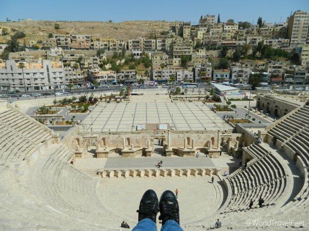 A mis pies el Teatro Romano, en el centro una avenida de Ammán y arriba al fondo La Ciudadela.
