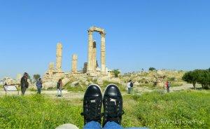Mis pies viajeros en la Ciudadela de Ammán.