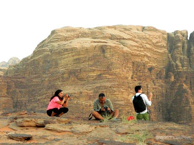 Bloggers admirando el desierto desde las alturas.