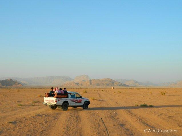 Recorriendo el desierto de Wadi Rum en Pickup