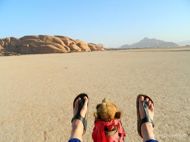 Mis pies viajeros felices disfrutando del paseo en camello en Wadi Rum.